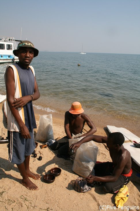 マラウィ湖畔の物売り