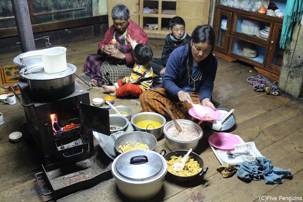 ホームスティ先で夕食を取る(ポプジカ/ブータン)