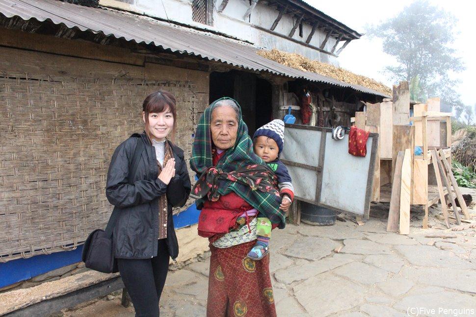 赤ちゃんをあやしていたおばあさんと(ガーレ村/ネパール)