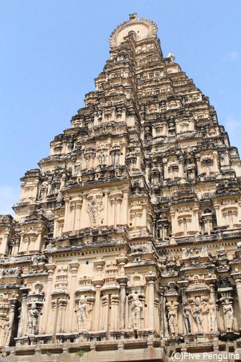 ヴィルーパークシャ寺院は細かいレリーフが美しい
