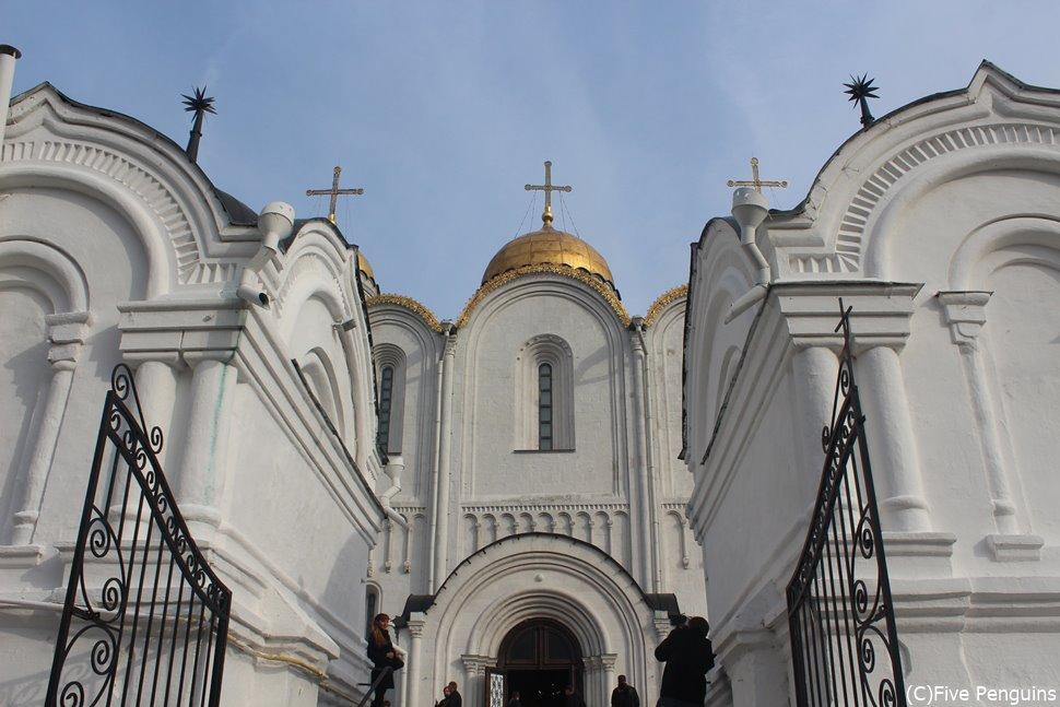 白亜のウスペンスキー大聖堂は壮大なロシア正教の総本山