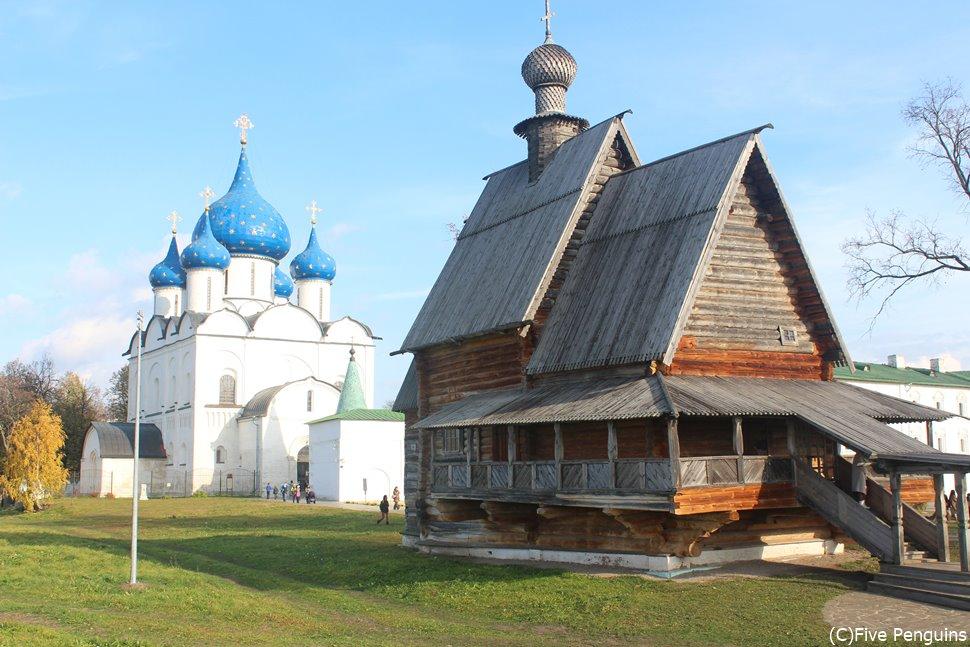 真っ白な聖堂と素朴な教会が織りなすスズダリの景色