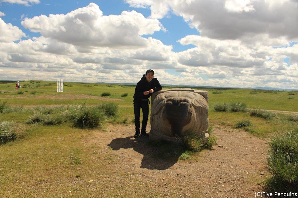 カラコルムの草原に佇む亀石と共に歴史を感じる