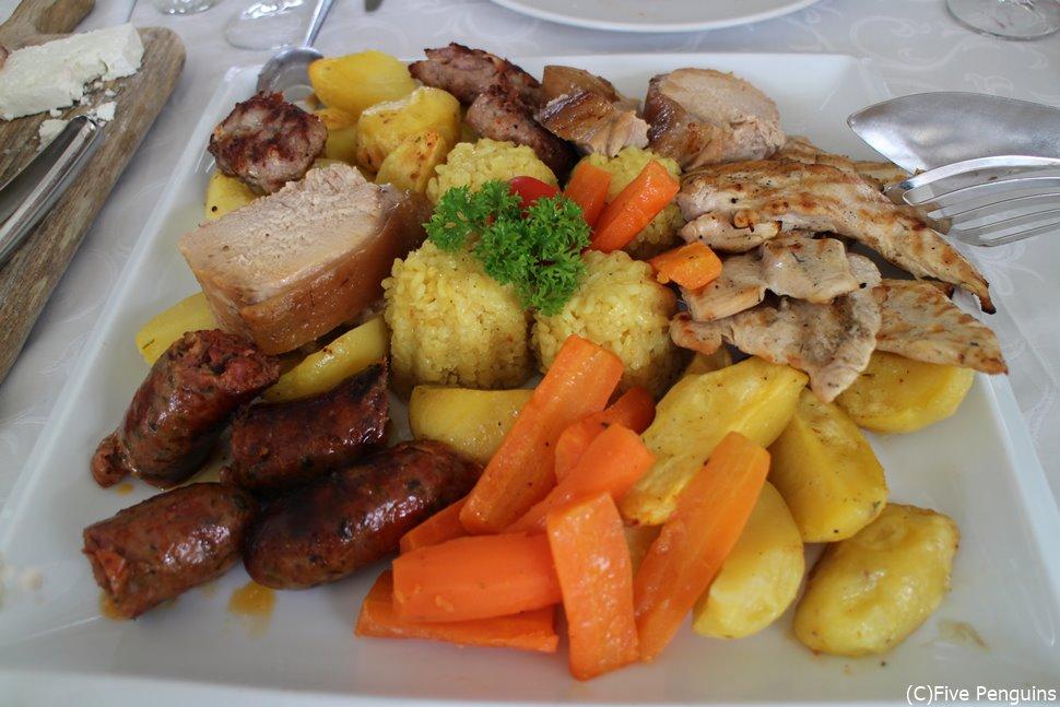 マケドニアで定番のお肉の盛り合わせ