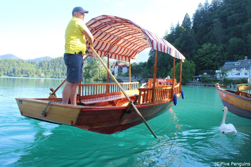 ブレッド湖・聖母被昇天教会へ渡る船(スロベニア)