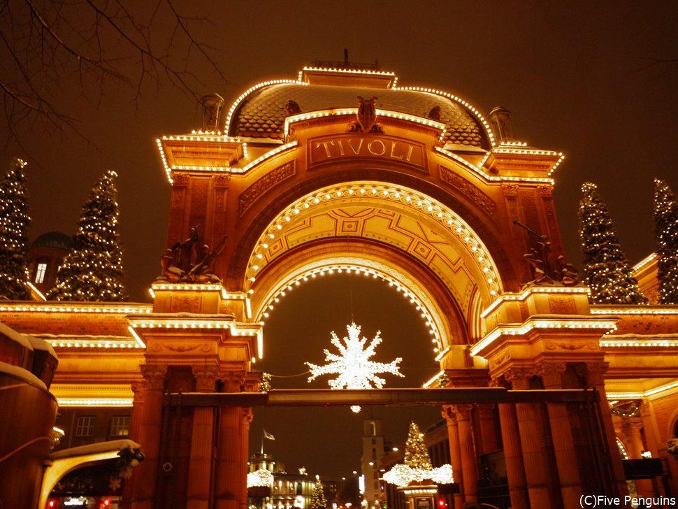 夜のライトアップも◎。冬はクリスマスマーケットも開催
