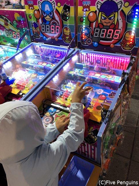 台北の夜市では懐かしのゲームがずらりと並んでいます。