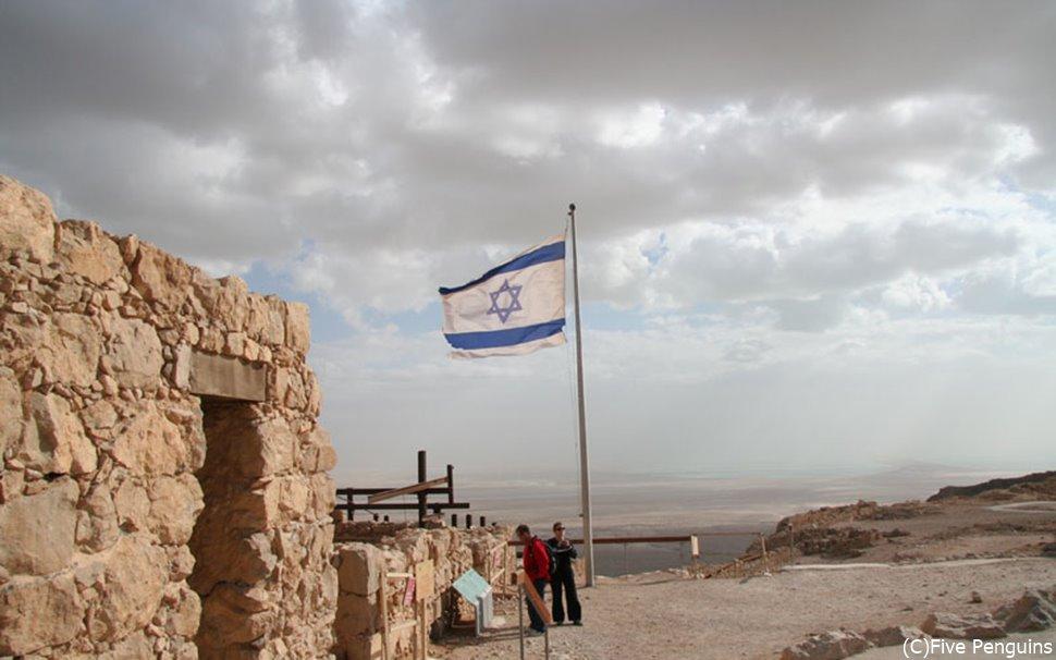 イスラエルの国旗がはためくマサダ要塞