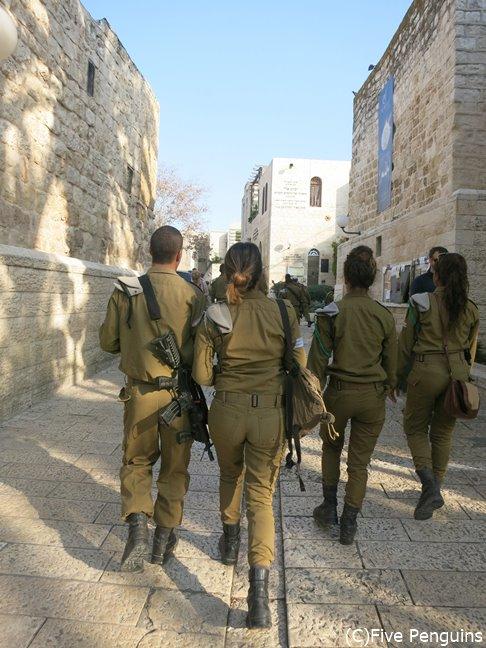 銃を持った兵士が街をパトロール