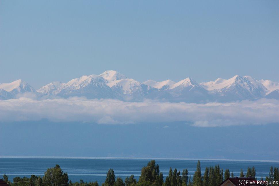 キルギスとの周遊ツアーも定番 写真はキルギスのイシク・クル湖から見た天山山脈