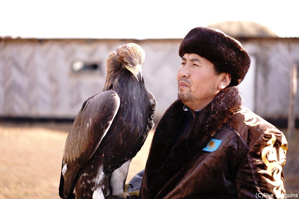 カザフ族のアルマンさんとハンティングに使うイヌワシ