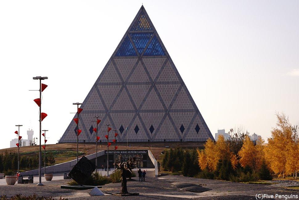これもユニークな外観の「平和と調和の宮殿」 ヌル・スルタン
