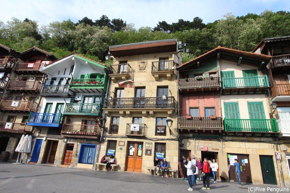 バスク風のかわいらしい家が並ぶ