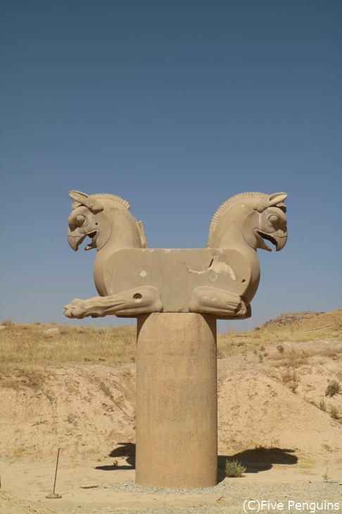 ペルセポリスの双頭鷲像はイラン航空のマーク