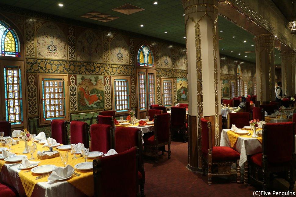 アッバスィーホテルのレストランはムード満点