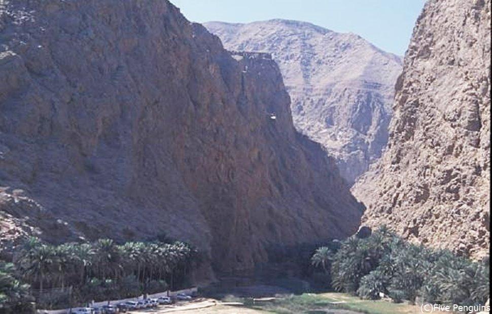 切り立った断崖が印象的な渓谷 ワディ・シャープ