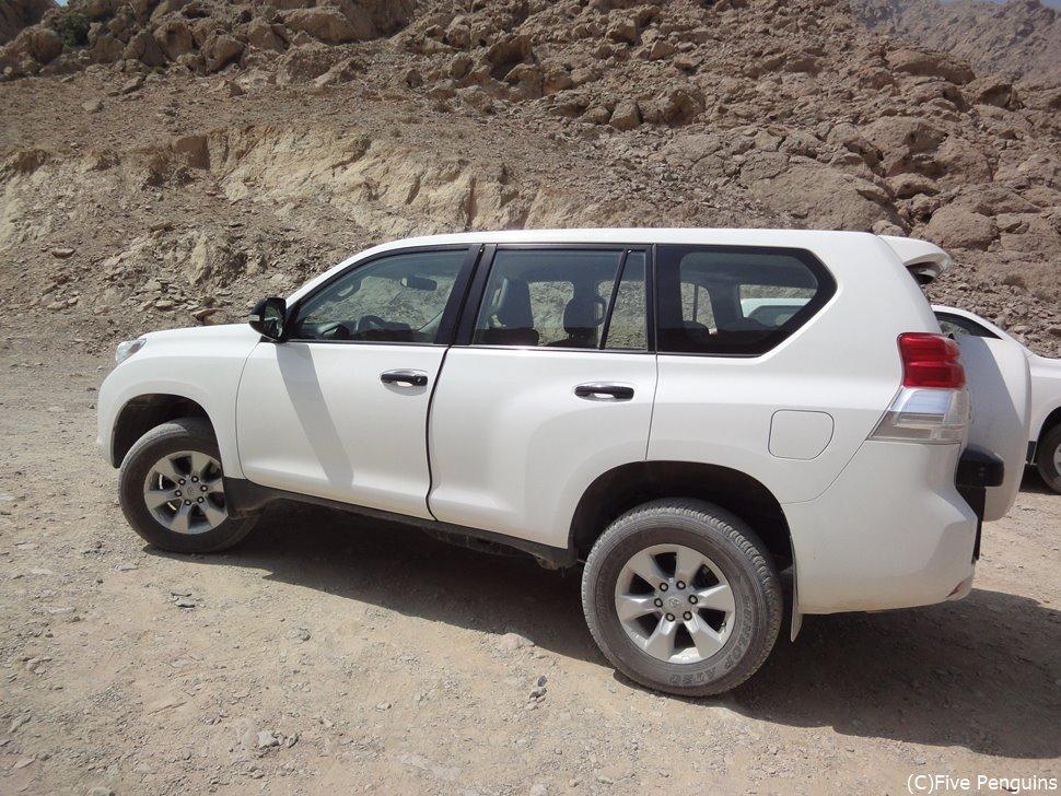 険しい道が多いオマーンでは4WDでの観光も一般的。