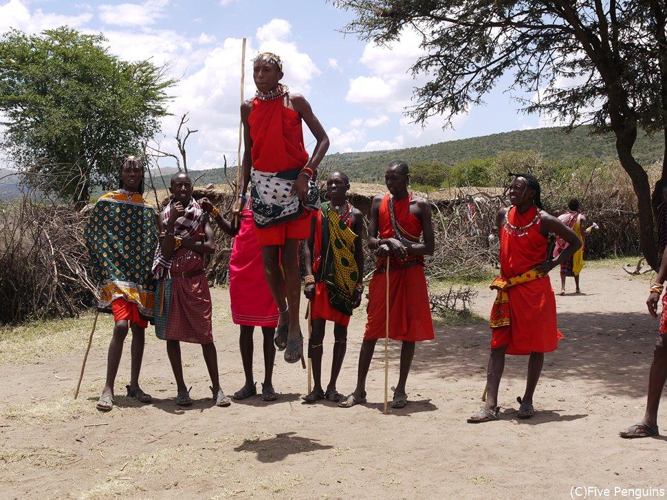 ジャンプして歓迎してくれるマサイ族の男たち。