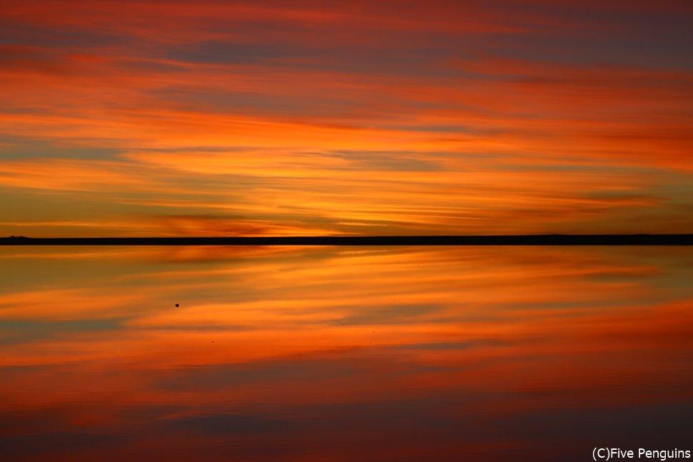 上下対称のグラデーションが美しいウユニ塩湖