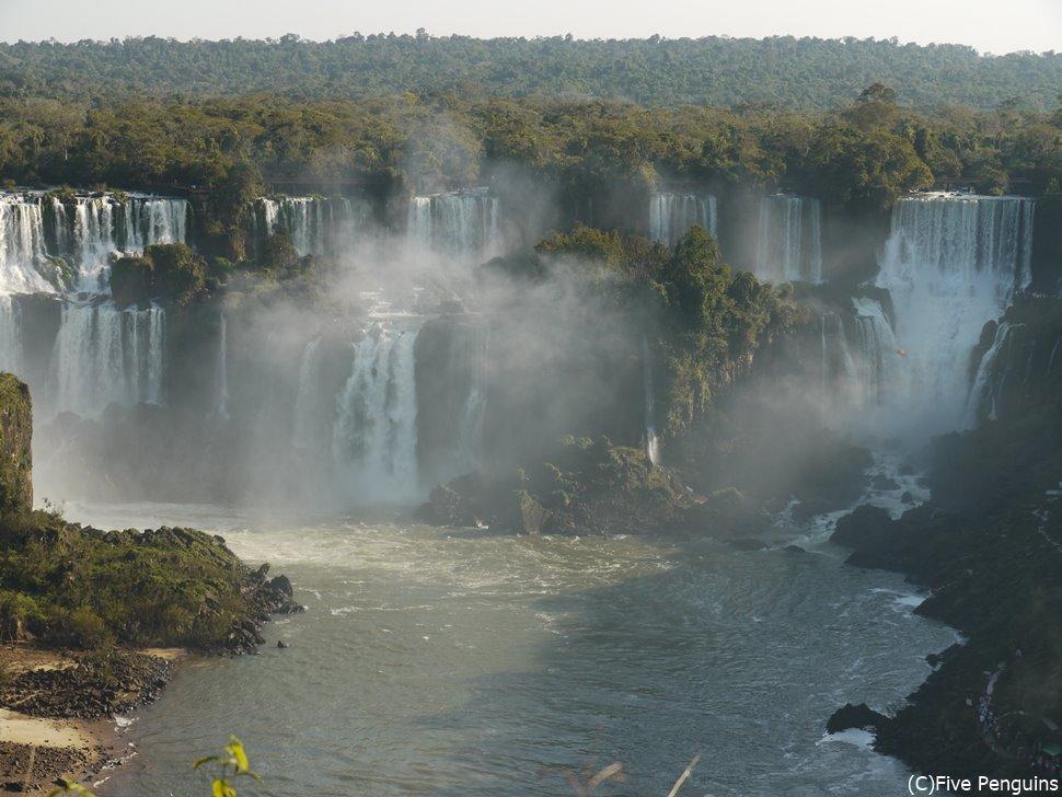 ブラジル側から正面に見たアルゼンチン側に落ちる滝