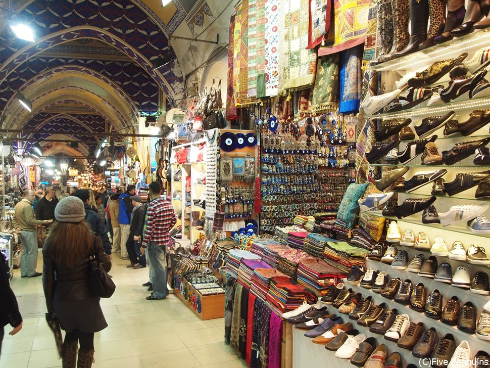 様々な店が混然と並ぶイスタンブールのグランドバザール