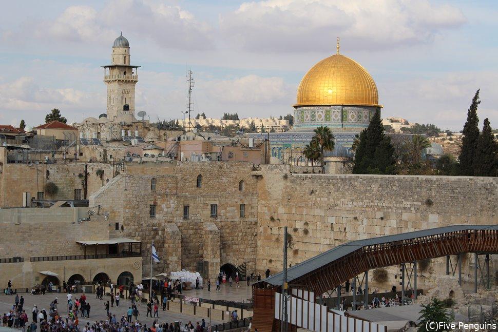 エルサレム旧市街中心、ユダヤ教の聖地嘆きの壁とイスラム教の聖地岩のドーム