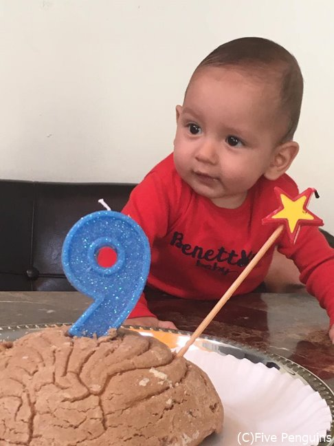 コンチャをケーキに見立てて誕生祝をする赤ちゃん