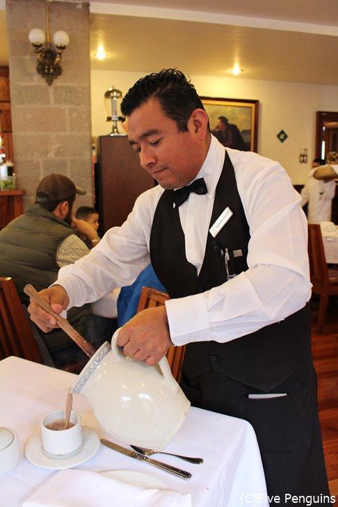チョコラテを十分泡立ててから注ぐのがメキシコ流