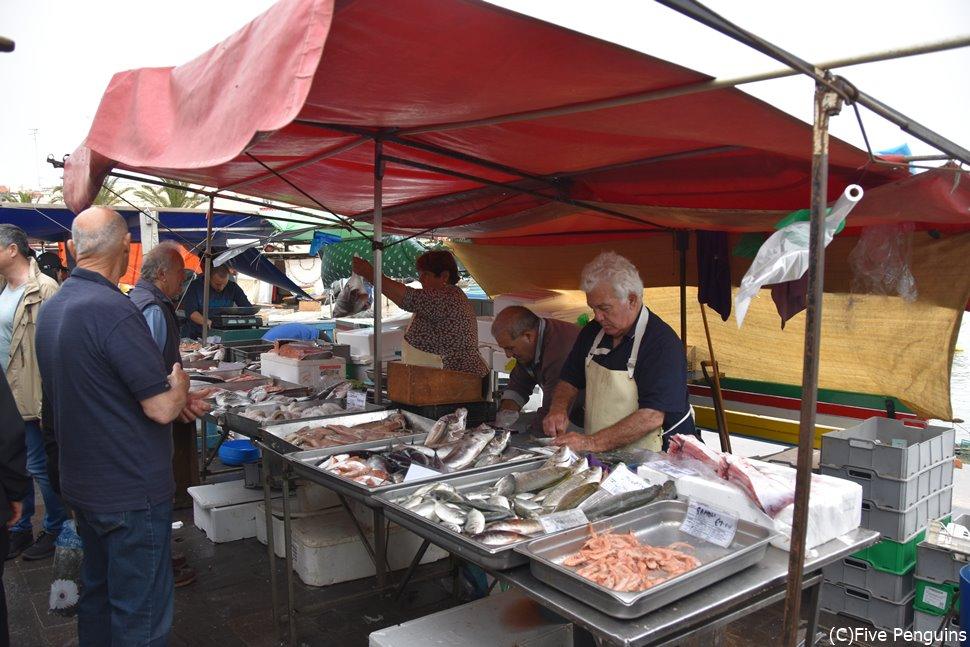 サンデーマーケットでは魚介類だけでなく日用品やお土産も安く購入できる。