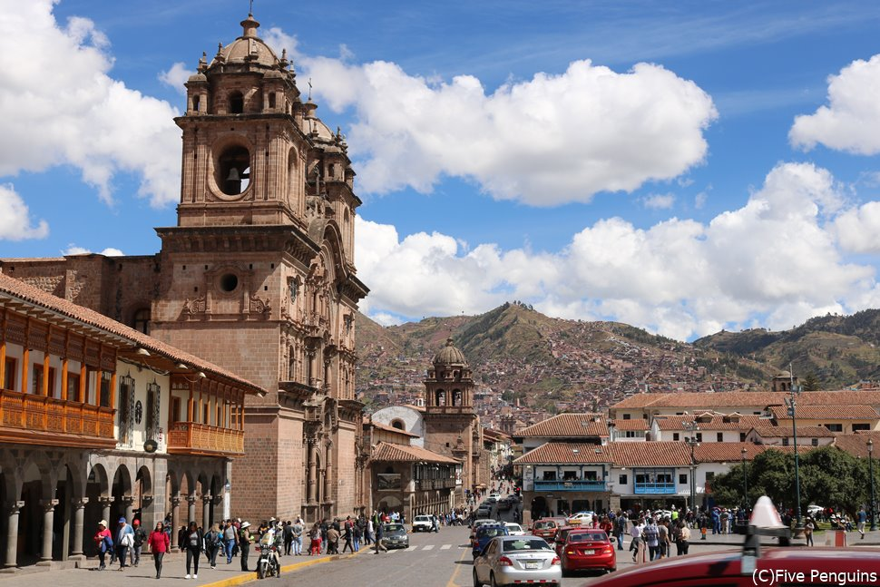 インカ帝国時代の街が中世スペイン様に建て替えられたクスコのアルマス広場