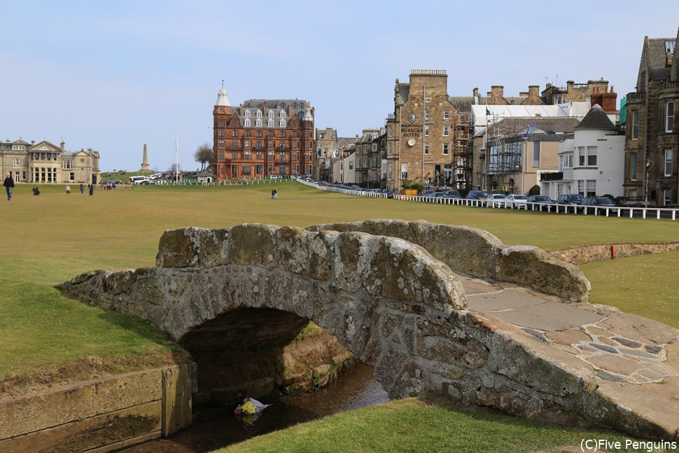 ゴルフコースの中の小さな橋は世界中で知られている