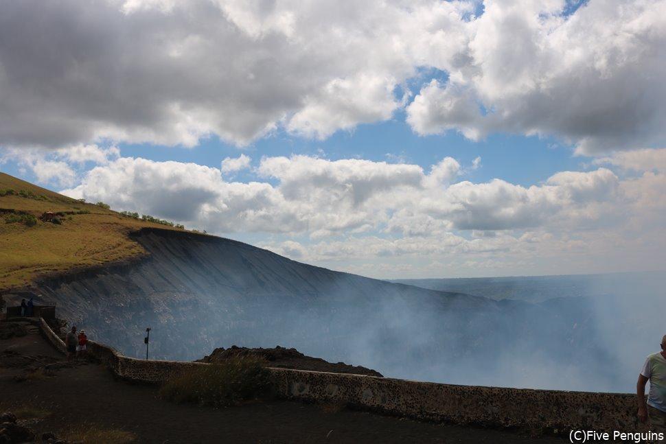 もくもくとガスが上がるマサヤ火山<マサヤ>
