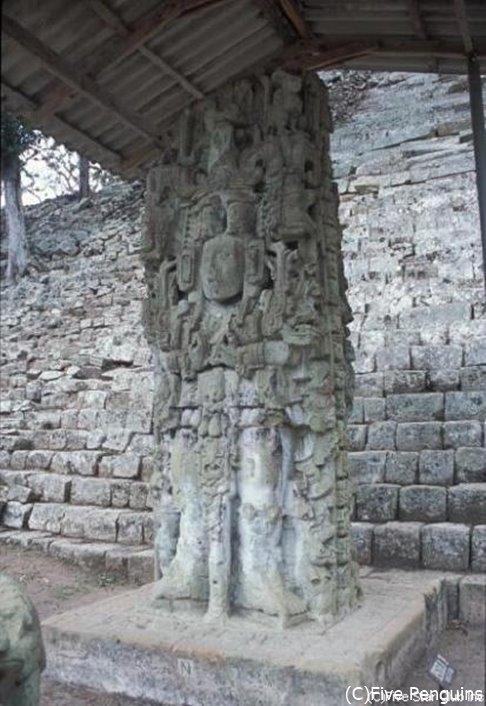 コパン遺跡の石彫(コパンルイナス近郊)