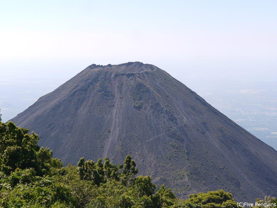 セロベルデ山麓から見たイサルコ火山