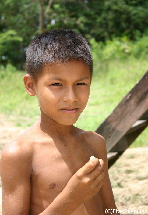 アマゾン川周辺に住む子供