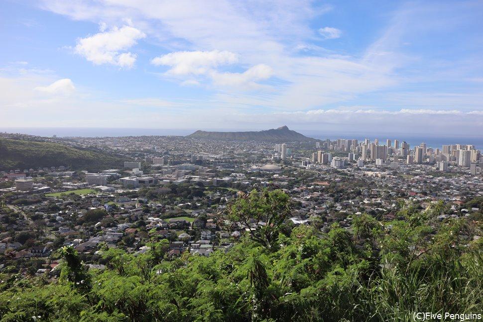 ホノルルの街並みと海岸線を一望できるタンタラスの丘