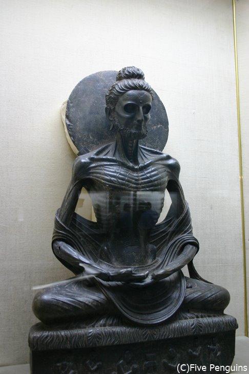 有名な断食するブッダの像(ラホール博物館)