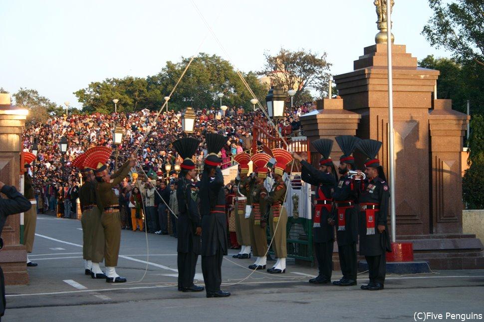 毎日夕方に繰り広げられる盛大な国旗降納式