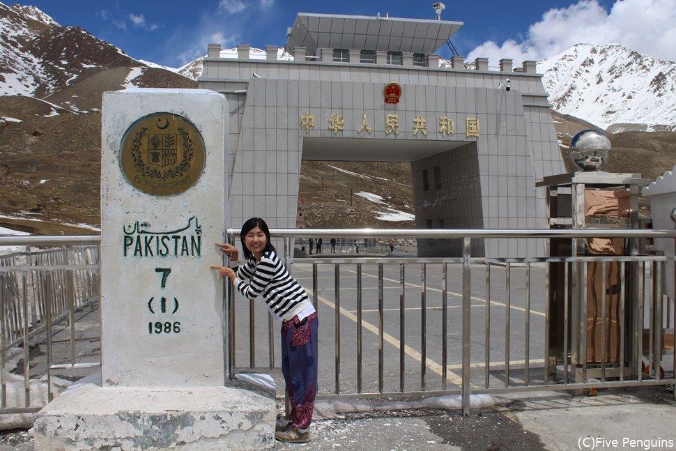 中国・パキスタン国境にて中国側をのぞき込む
