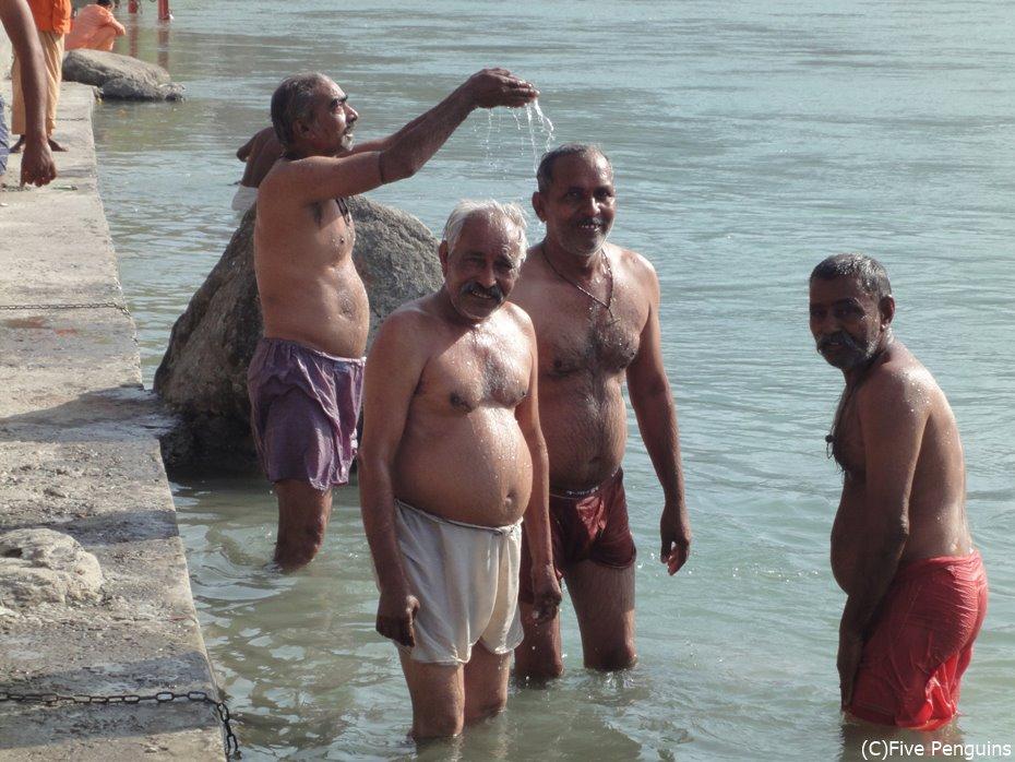 聖なるガンジス川の沐浴風景。やはりインド人はインドの水に耐性があるのか。