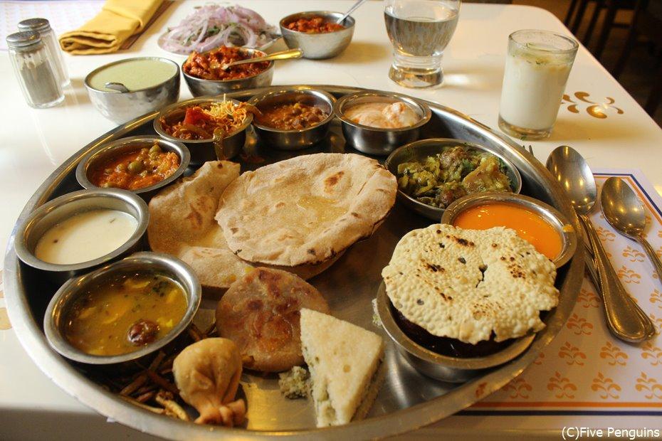 インドでは定食を「ターリー」(南インドではミールス)と呼ぶ。