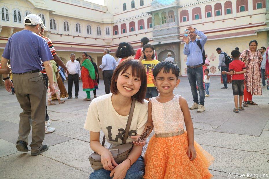 目の写真はあまりに衝撃的で掲載できません…代わりに可愛いインド人の子供と★