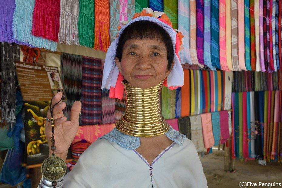 首長族ことカレン族の女性。土産物を売って生計を立てます。