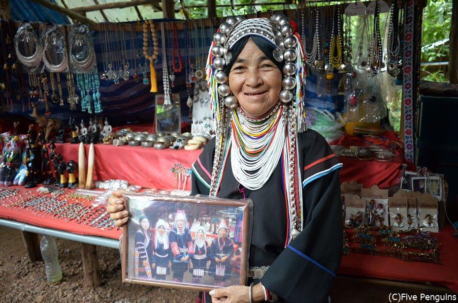 こちらはアカ族の女性。民族衣装が特徴的!朗らかな笑顔が素敵でした。
