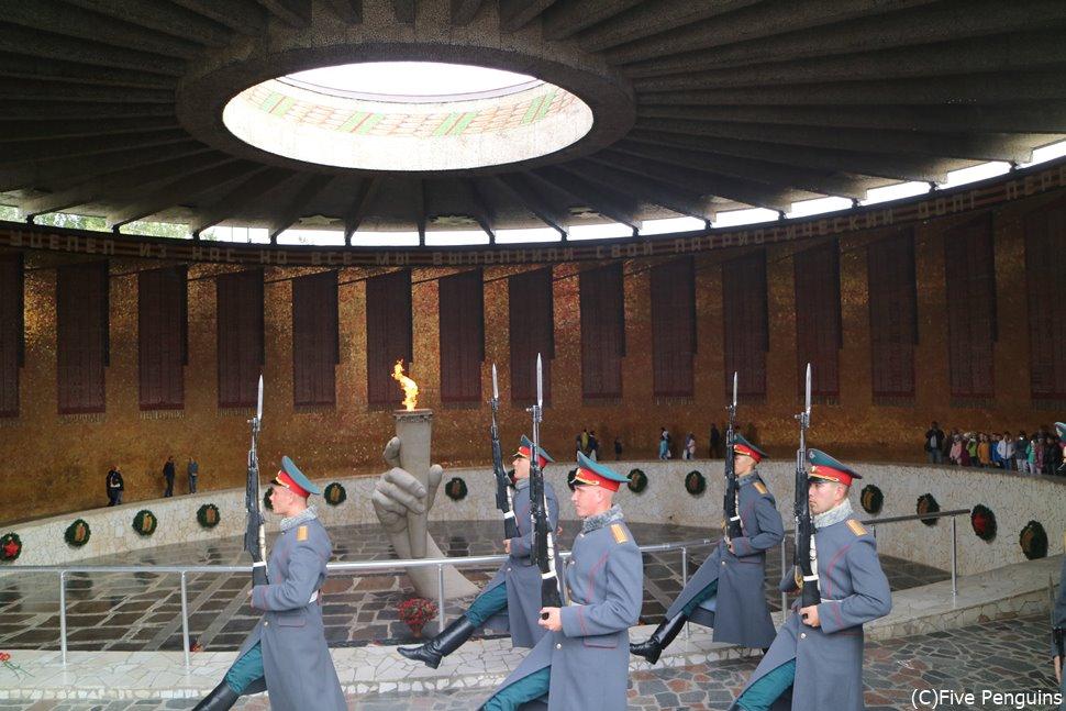ママエフの丘 戦没者慰霊堂での衛兵交代式