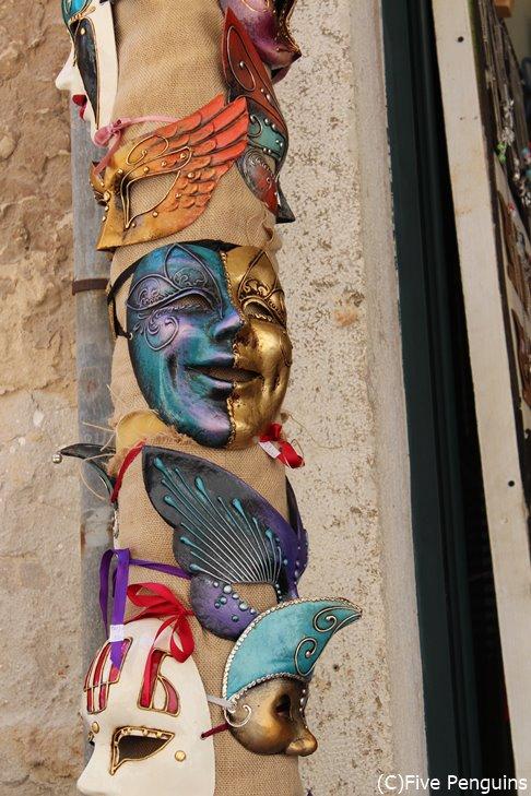 ベネチアのマルディグラを思い出す仮面の飾り物