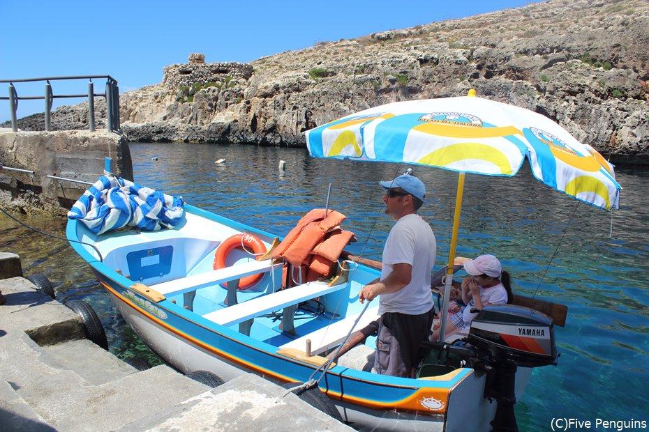 青の洞門ツアーで乗るボートはカラフルで可愛らしい。