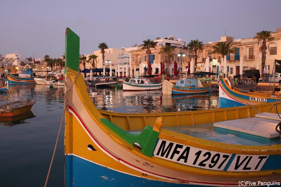 可愛らしい小舟・ルッツがたくさん並ぶ漁港