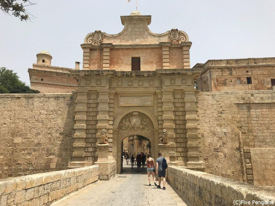イムディーナ唯一の入り口はかなり堂々とした城門。