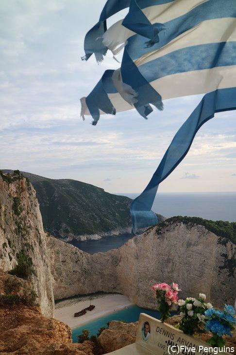 断崖絶壁から見える難破船